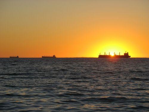 frachtschiff sunset lighting