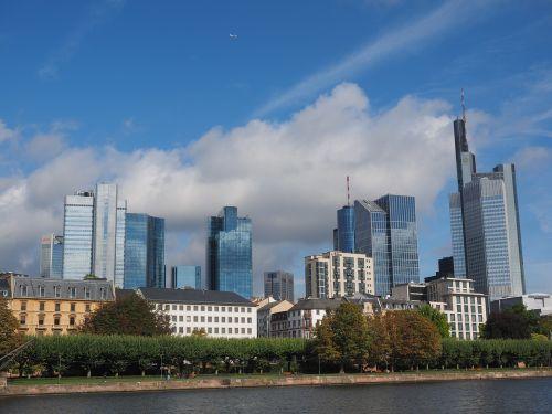 Frankfurtas yra pagrindinė Vokietija,hochaeuser,dangoraižis,architektūra,pastatas,panorama,trianonas,dekabank,sidabro bokštas,senasis dresdnerio bankas,skydelis,deutsche bank twin,Galileo,naujas dresdner bankas,operos bokštas,pagrindinis bokštas,taunus bokštas,senas commerzbank,Commerzbank bokštas,euro bokštas,ecb