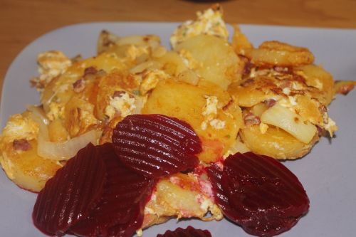 fried potatoes beetroot eat
