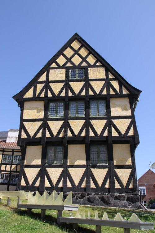 gable pediment house