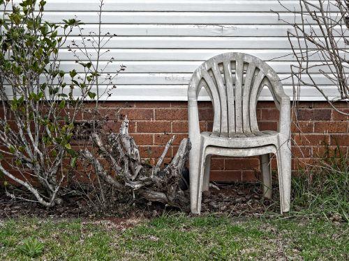 sodas,kėdė,lauke,miesto,urbex,vasara,gamta,namai,žalias,galinis kiemas,atsipalaidavimas,kiemas,augalas,sodininkystė,medis,gyvenimo būdas,sėdynė,laisvalaikis,creepy,baugus,vibe