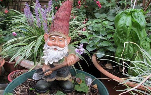 garden gnome digging