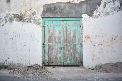 gate closed closed gate