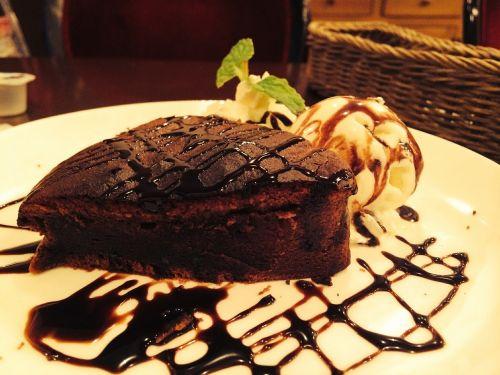 gateau chocolat cake maid cafe