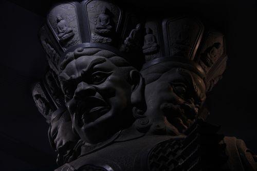 milžiniškas veidas tamsoje,piktas veidas,galingas