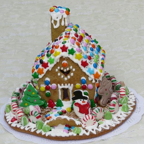 gingerbread house pastry decoration