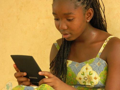 girl mali reading