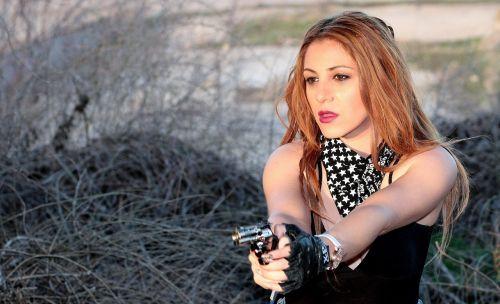 girl pistol impuscatura
