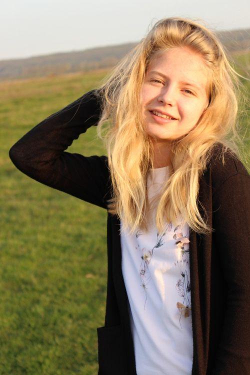 girl blond hair style