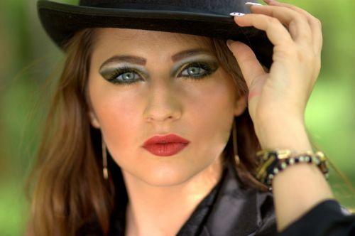 girl topper blue eyes