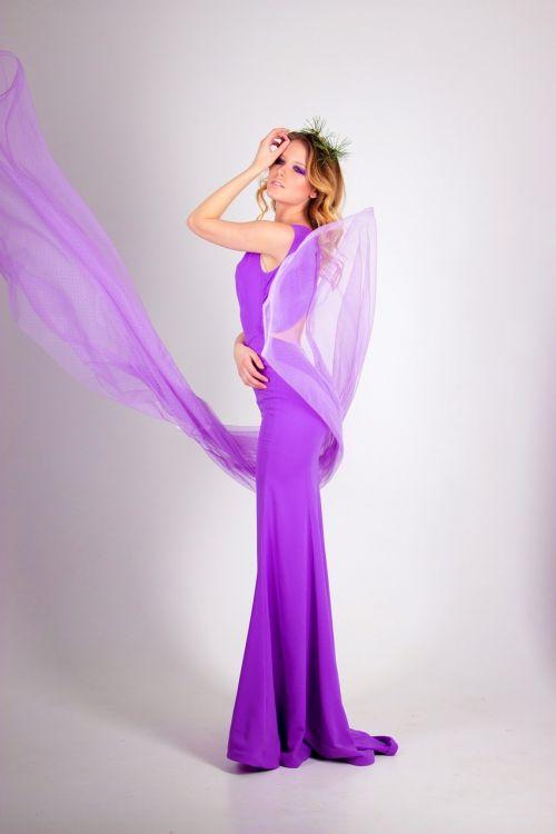 mergaitė,suknelė prie grindų,mergaitė suknelė,plaukai,stilius,kosmetika,vaizdas,akys,ranka,šukuosenos,graži mergina,gražus,asmuo,fotografija,Šviesiaplaukis,balta,šviesos fonas,purpurinė suknelė,violetinė,Alyva,alyvinė suknelė,mergina purpurine suknele,baltas fonas