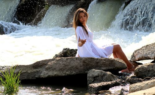 girl cascada water