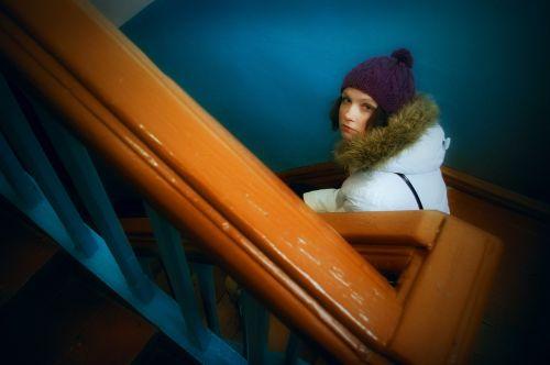 mergaitė,nuobodulys,kopėčios,laiptai,įėjimas,siena,mėlynas
