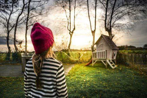 mergaitė,sodas,saulė,žaisti namus,vaikas,žalias,žmonės,mažai,sodininkystė,šeima,jaunas,lauke,vaikystę,dryžuotas,dangtelis,laimė,laimingas,vaikas,linksma,meilė,tėvas,gyvenimas,žaisti,žaisti,žiūrėti,žiūri,mielas,šviesa,galva
