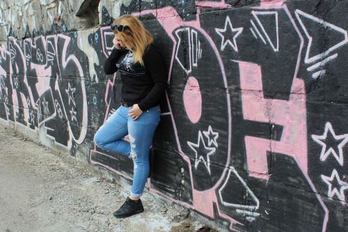 girl graffiti posture