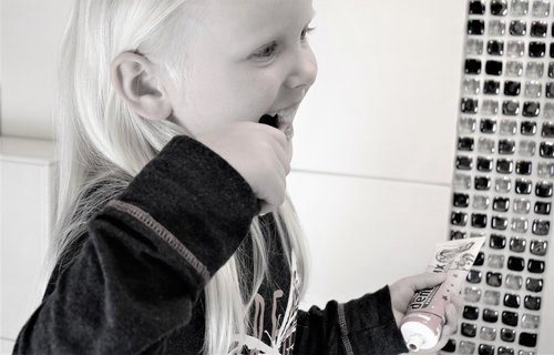 girl  tooth  brushing teeth