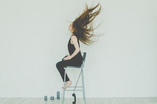 mergina, baltos spalvos, jauna, Telefonas, kėdė, žvakės, plaukus, Plaukų, laidas, telefono laidas