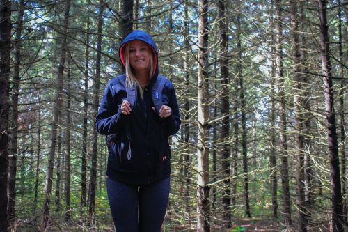 mergaitė,keliautojas,lauke,kelionė,džiaugsmas,miškas,medžiai,miškai,gamta,kelionė,kuprinė,kelionė,nuotykis