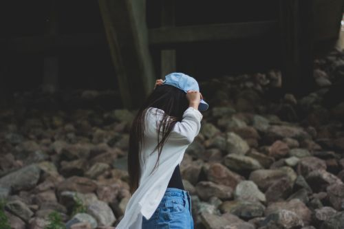 mergaitė, asmuo, Moteris, jaunas, kilimas, skrybėlę, dangtelis, galvos apdangalai, galvos apdangalai, moteris, gyvenimo būdas, mada, atsitiktinis, džinsai, šukuosenos, juoda, ilgai, slepiasi