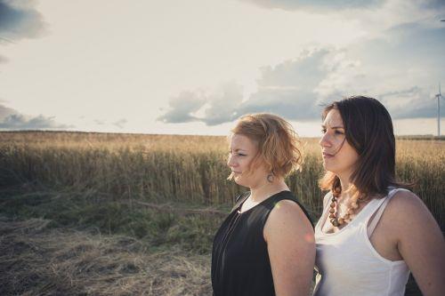 merginos,Draugystė,grūdai,laukas,dangus