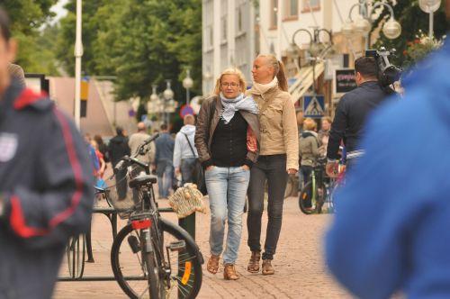 girls street stroll