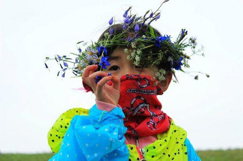 mergaitės,kelionė,korola,gamta,laukinės gėlės,vainikas