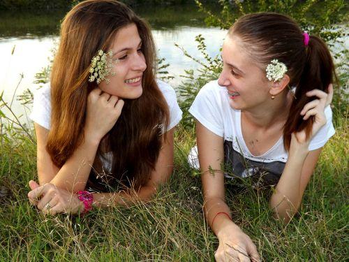 mergaitės,Draugystė,šypsena,grožis,meilė,gamta,seserys,pieva