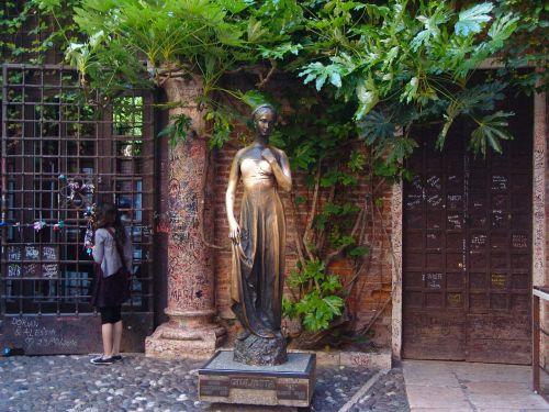giulietta figure bronze