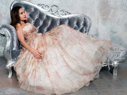 glamoras,suknelė,mergaitė,vaizdas,modelis,mada,grožis,ilga suknelė,Vakarinė suknelė,sofa,gražus,moteris,portretas,stilius,brunetė,melas,elegancija,laikysena,prabangus,jaunas,plonas kūnas,smėlio spalvos suknelė,prabangios suknelės