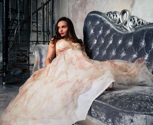 glamoras,sofa,mergaitė,modelis,gražus,moteris,suknelė,ilga suknelė,prabangus,kopėčios,kambarys,vaizdas,brunetė,grožis,mada,siena,sėdi,profesionalus,Peržiūros,stilius,smėlio spalvos suknelė,Vakarinė suknelė