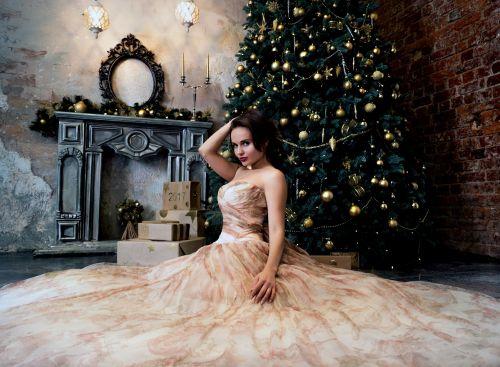 glamoras,mergaitė,modelis,Kalėdų eglutė,kambarys,šventė,gražus,grožis,asmuo,vaizdas,suknelė,mada,Peržiūros,Vakarinė suknelė,apranga,balta suknelė,sėdi,siena,jaunas,prabangus,brunetė,jis sėdi ant grindų,ilga suknelė,smėlio spalvos suknelė,lieknas,figūra