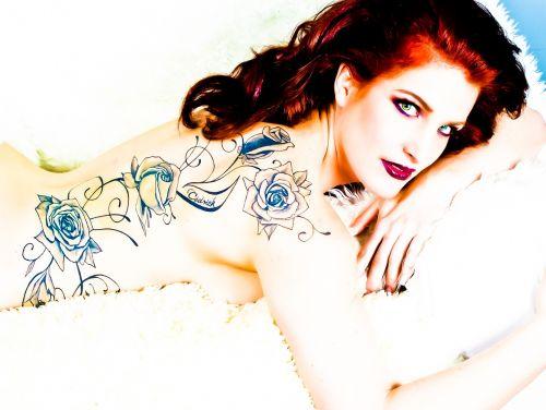 glamour tattooed rousse