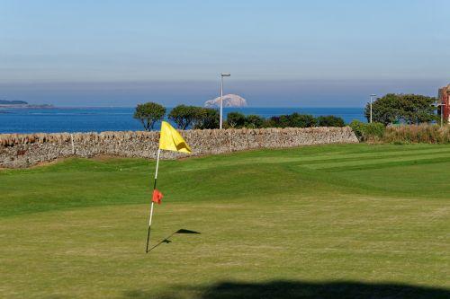 golfo žalia,peizažas,golfo laukas,golfo vėliava,žalias,jūra,golfas,žolė,gamta,žinoma,kraštovaizdis,lauke,Sportas,žaidimas,vaizdingas,golfo aikštynas,poilsis,hobis,idiliškas,saulėtas,vėliava