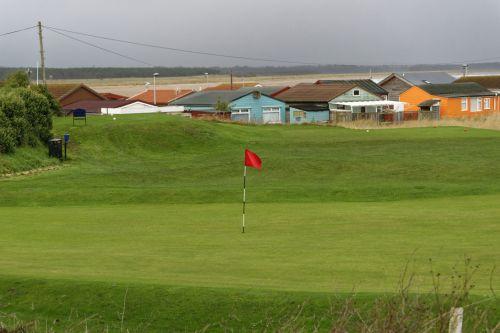 golfas, golfas & nbsp, Žinoma, golfas & nbsp, žalia, golfas & nbsp, teeing & nbsp, plotas, kraštovaizdis, peizažas, žalias, žolė, namai, pilka & nbsp, dangus, žiema, golfas & nbsp, vėliavos, & nbsp, žalias, golfo žalia