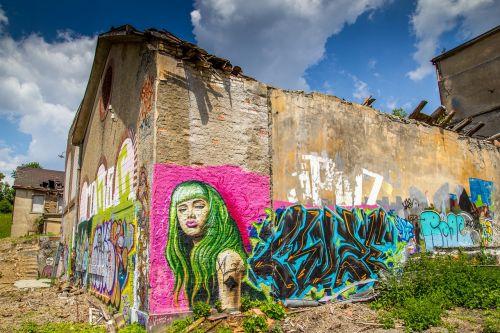 graffiti sprayer wall painting