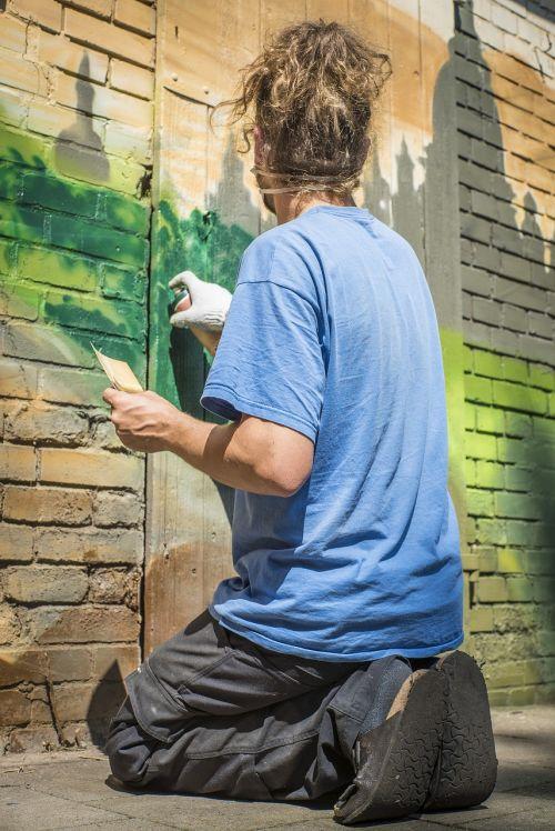 graffiti sprayer spray can
