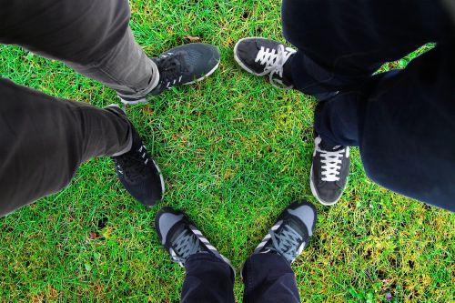 žolė,baseinas,draugai,Draugystė,paminklas,pete,batai