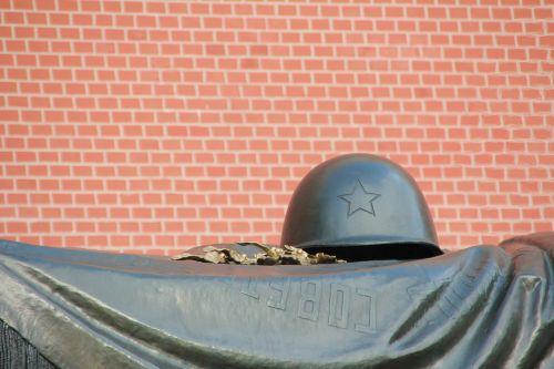 grave soldier helm