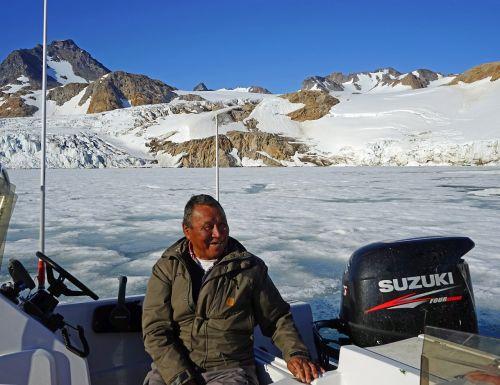 Greenlanders,Inuit,boot,ledynas,Grenlandija,šypsena,džiaugsmas,gyvenimo džiaugsmas,veidas,juoktis