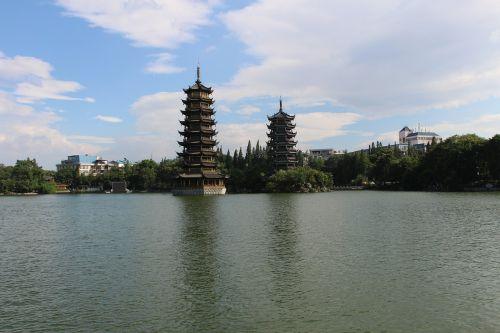 guilinas,saulės ir mėnulio dvyniai bokštai,švedagono pagoda sidabrinė pagoda,kedrų ežeras