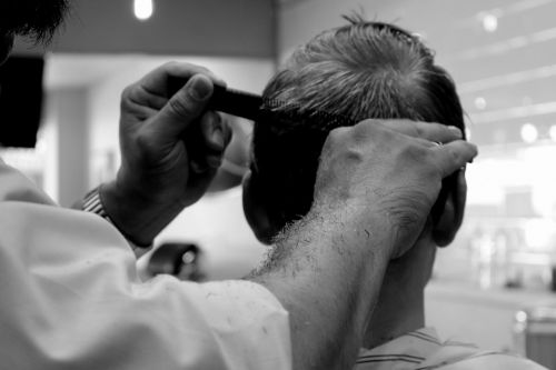 kirpimas,kirpykla,salonas,kirpykla,plaukai,žirklės,grooming,šukos,šukuosenos,plaukų kirpimas,juoda ir balta,vyras,Plaukų stilistas,kirpykla,supjaustyti,šukuosenos
