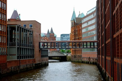 hamburgas,kanalas,pastatas,speicherstadt,vanduo,architektūra,plyta,tiltas,uosto miestas,namai,pasaulinis paveldas,miestas,pasenusi pramonė,vandens keliai,klinkeris,senas speicherstadt,romantiškas,uosto miestas