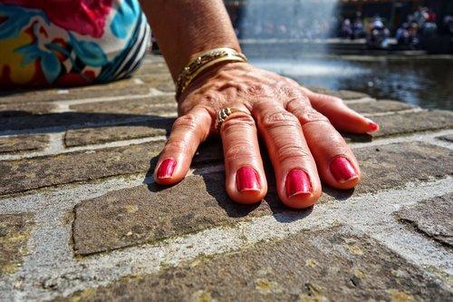 ranka, pirštu, nagai, moteris, Moters ranka, riešo, apyrankės, parama, plytų, sienelę, ranką ant plytų sienos