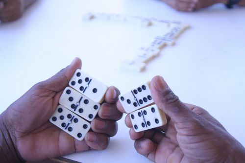 hand dominoes game