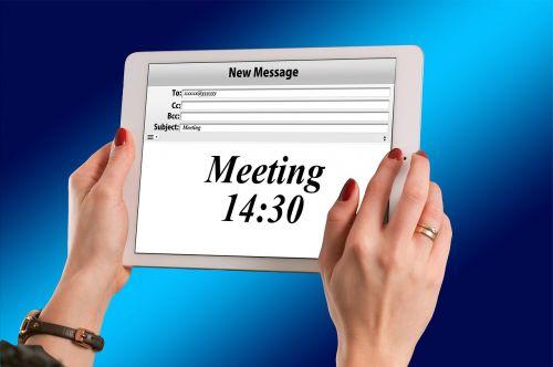 rankos,moteris,laikyti,ipad,Paštas,elektroninis paštas,pranešimas,susitikimas,laikas,Reklama,rodyti,stebėti,internetas,transliuoti,tablėtė,ryšys