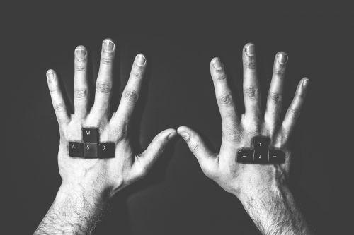 hands keyboard gamer