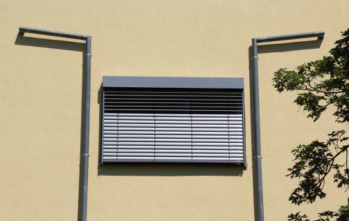 hauswand yellow window
