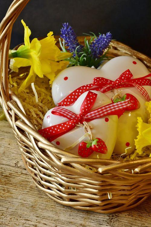 heart daffodils basket
