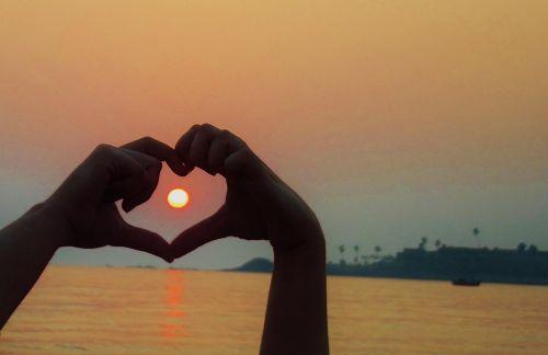 širdis,meilė,vasara,figūra,ženklas,simbolis,taika,gestas,viltis,pasitikėjimas,rankos,siluetas,gyvenimas,žmonės,laimingas,kartu,saulė,draugai,šeima,mylėti,santykiai,valentine,Valentino diena,jausmas