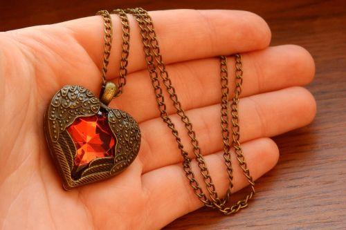 širdis jūsų delne,karoliai su sparnuota širdimi,širdis rankoje,sparnuota širdis,raudona širdis,karoliai,Auksinė grandinėlė,papuošalai,retro,meilė,viltis